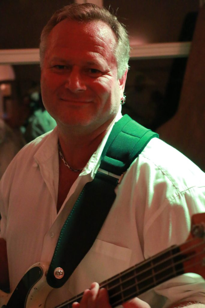 Armin Schörnich am Bass bei den Rockoons aus Landshut
