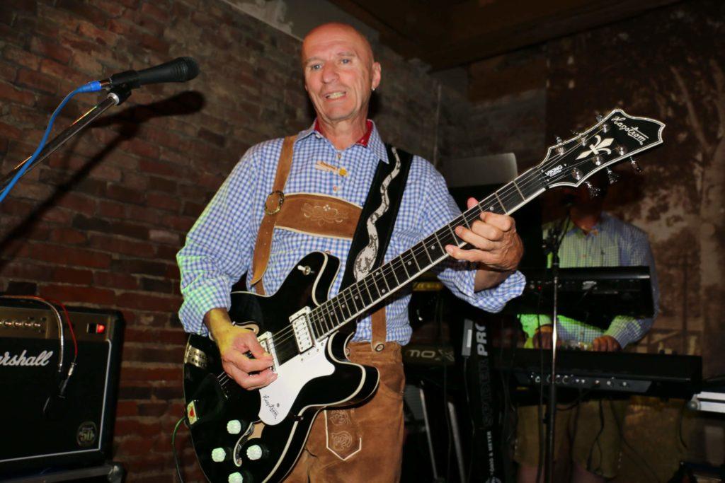 Günther Thimary spielt eine der beiden E-Gitarren bei der Partyband Rockoons aus Landshut