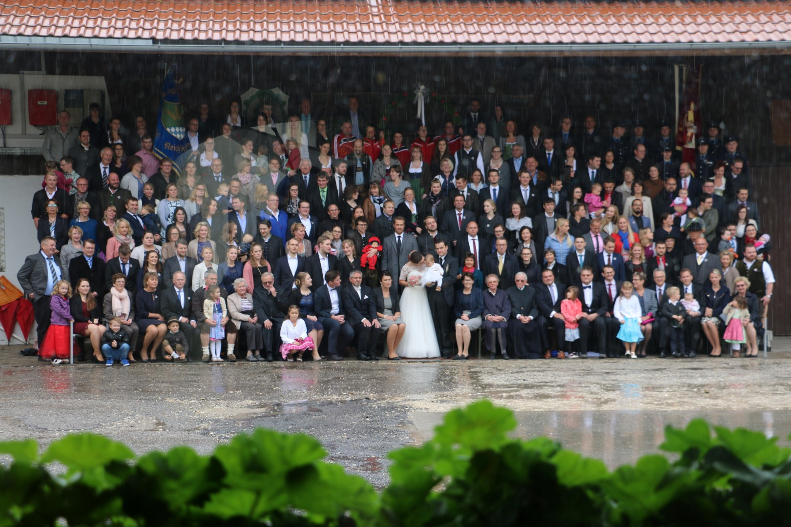 Grosses Gruppenfoto der Hochzeitsgesellschaft